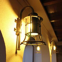 Nočný pohľad na svietiacu lampu KLASIK ZVON - bočné osvetlenie domu a terasy