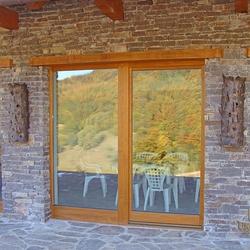 Výnimočné osvetlenie terasy súkromnej horskej chalupy - luxusné ručne kované svietidlá