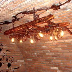 Exkluzívvny luster s dizajnom viniča na rebríku - luxusné svietidlo vo vínnej pivnici