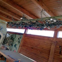 Výnimočný luster v letnom rodinnom altánku - vintage svietidlo ručne kovaný vinič na drevenom rebríku