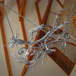 Originálne závesné svietidlo v hale luxusnej chalupy - interiérový kovaný luster s nádychom prírody KOREŇ