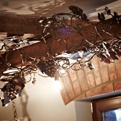 Dizajnové svietidlo na tráme vo vínnej pivnici s hroznovým motívom - štýlové svietidlá