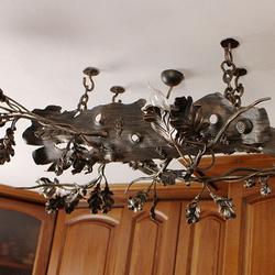 Závesné svietidlo ručne vykované ako dubový konár v interiéri rodinného domu - umelecké svietidlo