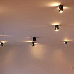 Kované stropné osvetlenie haly v rodinnm dome - interiérové svietidlá IDEÁL