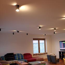 Celkový pohľad na stropné osvetlenie obývačky rodinného domu - originálne svietidlá so zárukou kvality