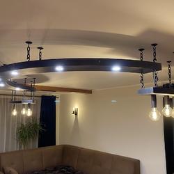 Závesné a nástenné svietidlá vyrobené na mieru do jedálne a haly rodinného domu - svietidlá v čiernej farbe s medenou patinou