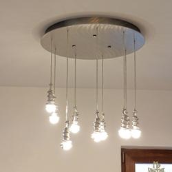 Luxusný luster navrhnutý a ručne vyrobený v ateliéri umenia a dizajnu UKOVMI pre moderný interiér