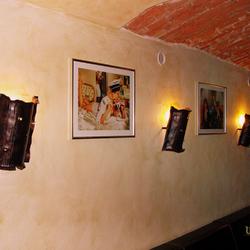 Bočné historické tienidlá vo vínnej pivnici - interiérové osvetlenie - originálne svietidlá z UKOVMI