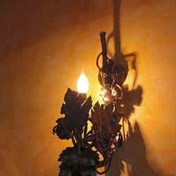 Umelecký dizajn nástennej lampy vykovanej v ateliéri kováčskeho umenia UKOVMI