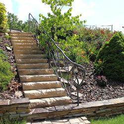 Osvetlenie záhradných schodov a skalky stojanovou lampou KLASIK - luxusné svietidlá