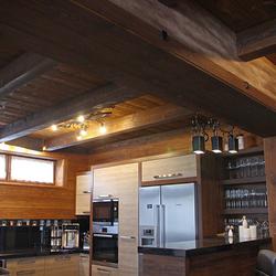 Výnimočné kuchynské osvetlenie - umelecké závesné svietidlo KOREŇ a ďalšie kované svietidlo - celkový pohľad na kuchyňu