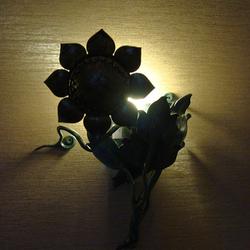 Nočný pohľad na rozsvietenú umeleckú lampu Slnečnicu - luxusné osvetlenie wellness