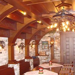 Luxus vinnej pivnice zvýraznený originálnymi bočnými a stropnými svietidlami VINIČ - celkový pohľad na pivnicu