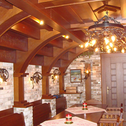 Luxusné stropné svietidlá vo vínnej pivnici VINIČ/KOLESO vynikajú kvalitou a originalitou