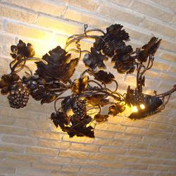 Originálny luster s prírodným motívom viniča ako výnimočné osvetlenie vínnej pivnice...