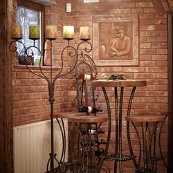 Luxusné závesné svietidlo VINIČ a kovaný nábytok z UKOVMI vo vinárni