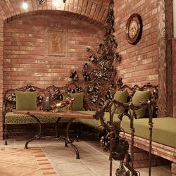 Vínna pivnica zariadená exkluzívnym nábytkom, svietidlami a kovanými doplnkami z ateliéru umenia a dizajnu UKOVMI