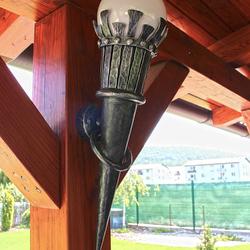 Dizajnové nástenné svietidlo s historickým motívom v letnom altánku - luxusné záhradné svietidlá