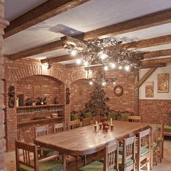 Luxusná vínna pivnica s jedinečným osvetlením - Ručne kovaný vinič na drevenom tráme - umelecké dielo