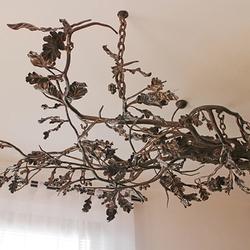 Masívne ručne vykované svietidlo DUB v rodinnom dome - exkluzívne osvetlenie v interiéri